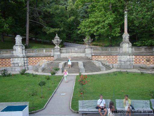 А окружает Массандровский дворец огромный красивейший парк