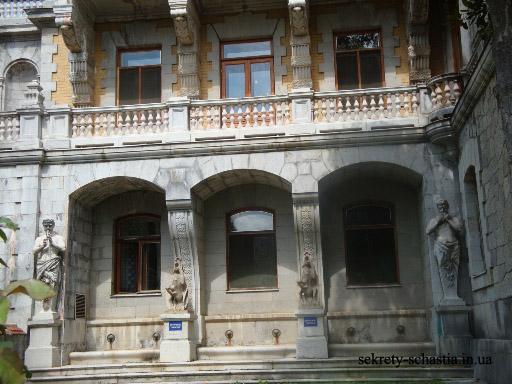 Много в Крыму и исторических памятников, а о легендарных Крымских дворцах, наверное, слышал каждый