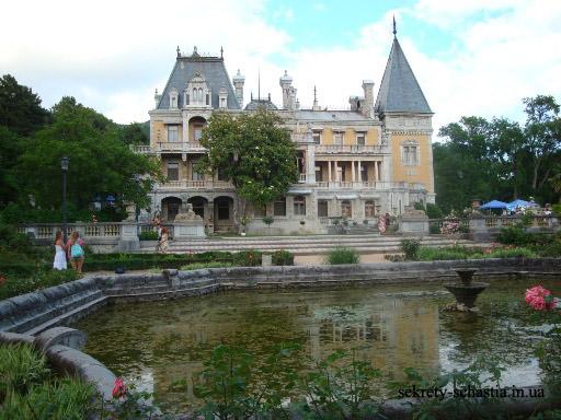 Бассейн с фонтаном перед  Массандровским дворцом кажется неухоженным