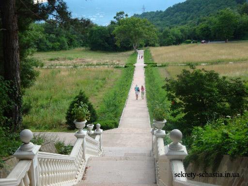 А окружает Массандровский дворец огромный красивейший парк. И все это только очень  маленькая часть Крымских красот